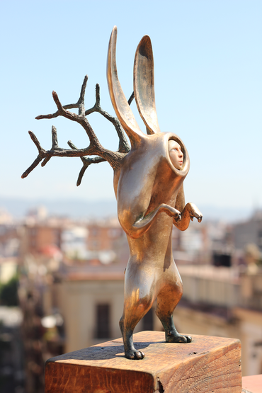 Conejo en Traje Solar- Guardianes Observers