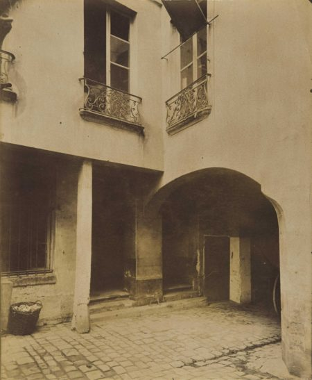 Eugene Atget-Vieille cour, 4 rue Visconti, Paris-1910