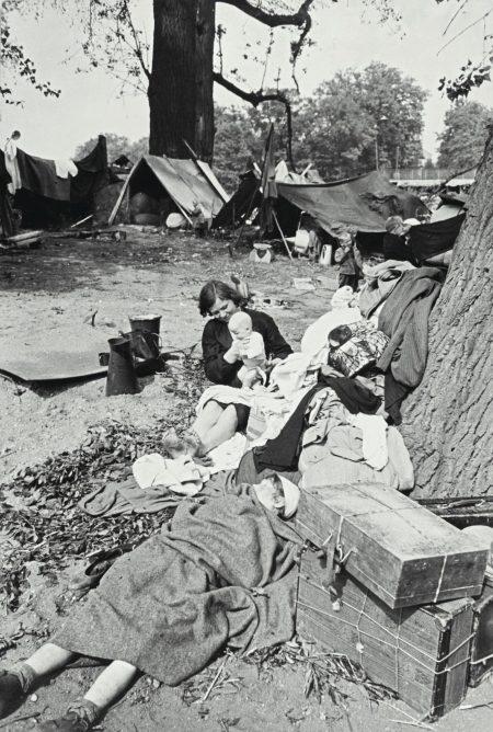 Henri Cartier-Bresson-Le Retour, Displaced Persons, Dessau-1945