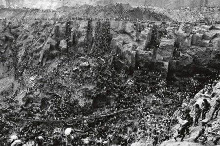 Sebastiao Salgado-Brasil (Serra Pelada Gold Mine / Cast of thousands, Serra Pelada)-1986