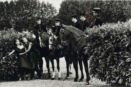 Helmut Newton-Le cadre noir de Saumur avec deux mannequins-
