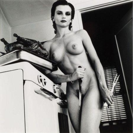 Helmut Newton-Nue, poulet roti, couteau et fourchette de cuisine-