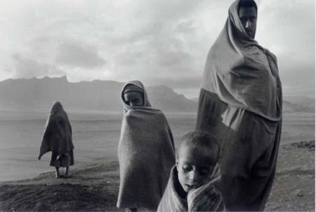 Sebastiao Salgado-Camp Korem, Ethiopie, de la serie Sahel (Refugees in the Korem Camp, Ethiopia)-1984