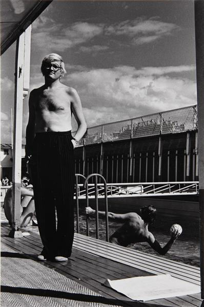Helmut Newton-David Hockney, Piscine Royale, Paris (1975)-1975