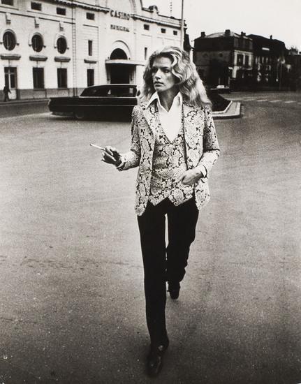 Helmut Newton-Les Gaulois je m'men fiche Cerruti-1970