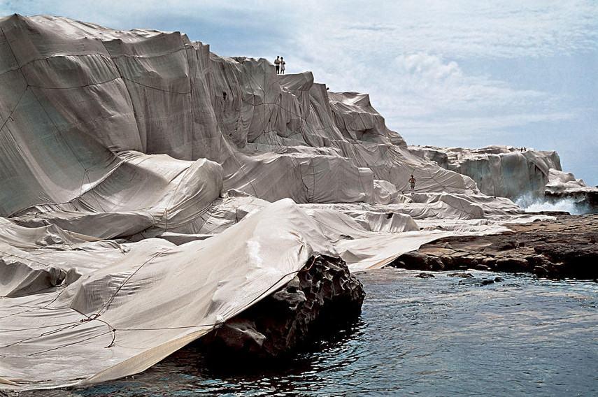 Christo e Jeanne-Claude - Costa Embrulhado, 1968 - Imagem via christojeanneclaudenet