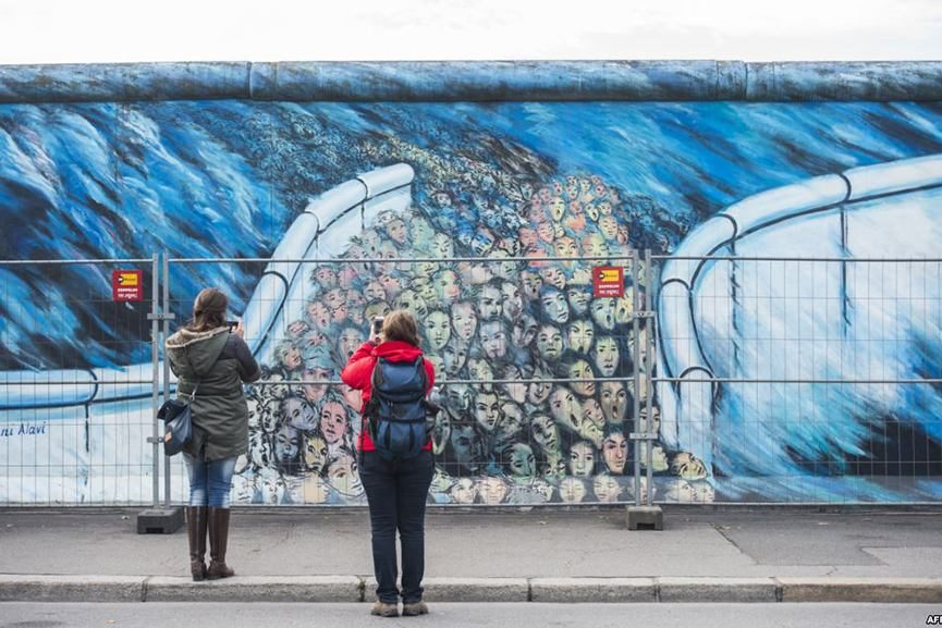 berlin installs a security fence to protect east side gallery wall from the vandals widewalls. Black Bedroom Furniture Sets. Home Design Ideas