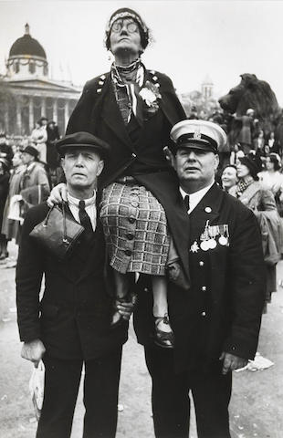 Henri Cartier-Bresson-Waiting in Trafalgar Square for the Coronation Parade of King George VI, May 12 1937 (London, England)-1937