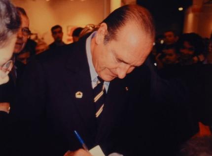 Invader-Invasion de Jacques Chirac par une Sticker 01 Point-2004