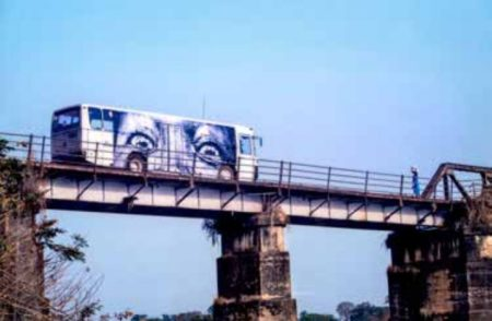 JR-28 Millimeters, Women Are Heroes - Bus sur le pont de Bo City en Sierra Leone-2012