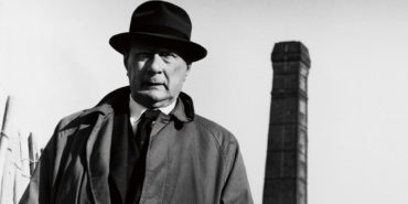 L.S. LOWRY, 1964. PHOTOGRAPH BY JORGE LEWINSKI. © THE LEWINSKI ARCHIVE AT CHATSWORTH