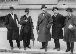 Luigi Russolo, Carlo Carrà, Filippo Tommaso Marinetti, Umberto Boccioni and Gino Severini in front of Le Figaro, Paris, February 9, 1912. Image via commons.wikimedia.org