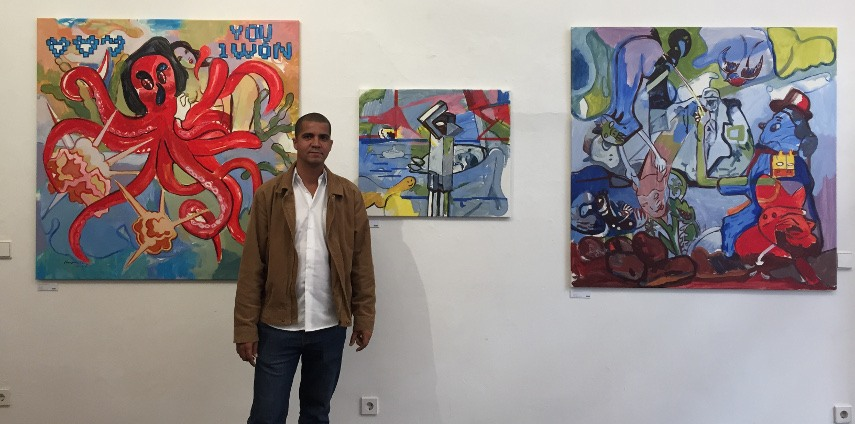 Orestes Hernandez - Photo of the artist in front of his work