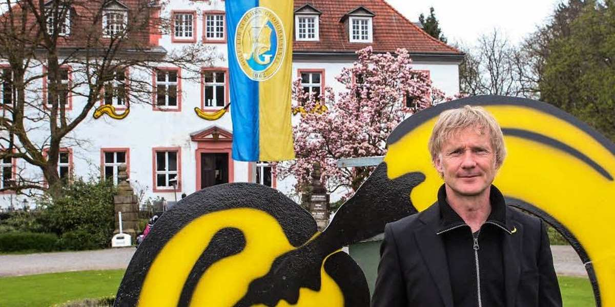 Thomas Baumgartel in front of his artwork