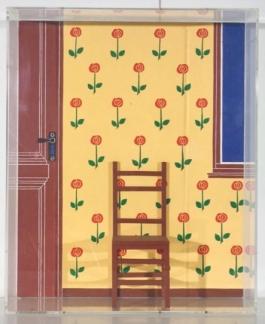 Interieur met gebloemd papier en stoeltje