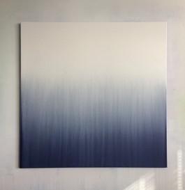 Coulée de blanc sur carré bleu