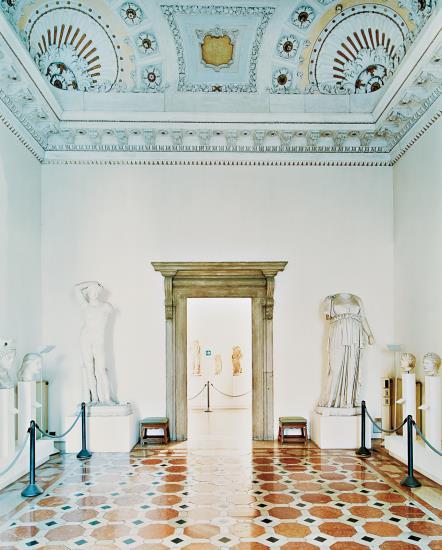 Candida Hofer-Museo Archeologico Nazionale Venezia II-2003