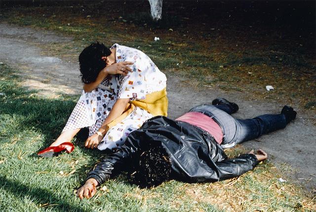 Enrique Metinides-Pareja asaltada en Chapultapec, hombre muerto-1995