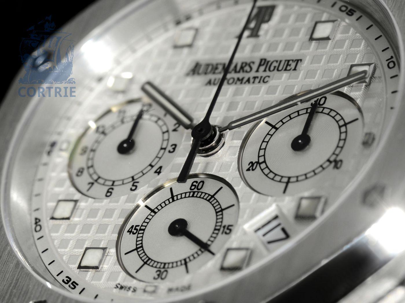 Wristwatch: sportive high-class chronograph, Audemars Piguet Royal Oak, 18 K white gold-