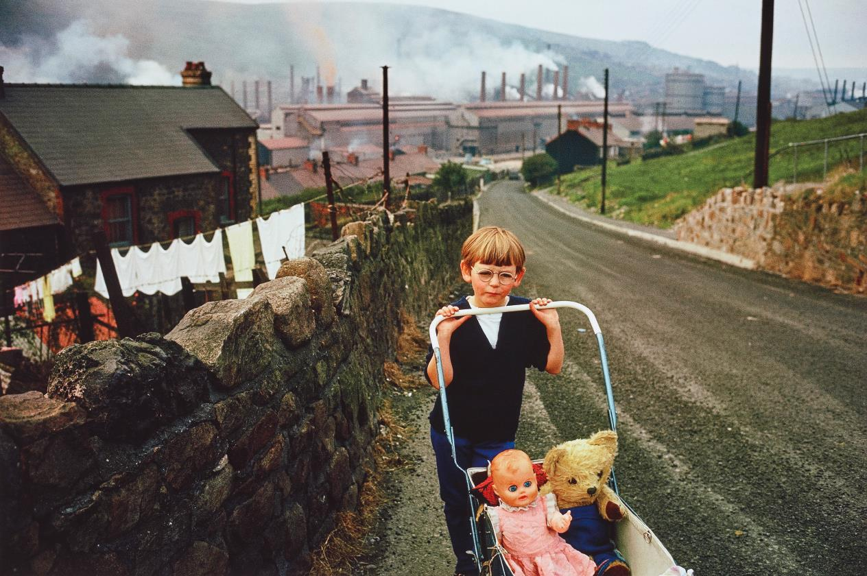 Bruce Davidson-Wales (Boy Pushing Carriage)-1965