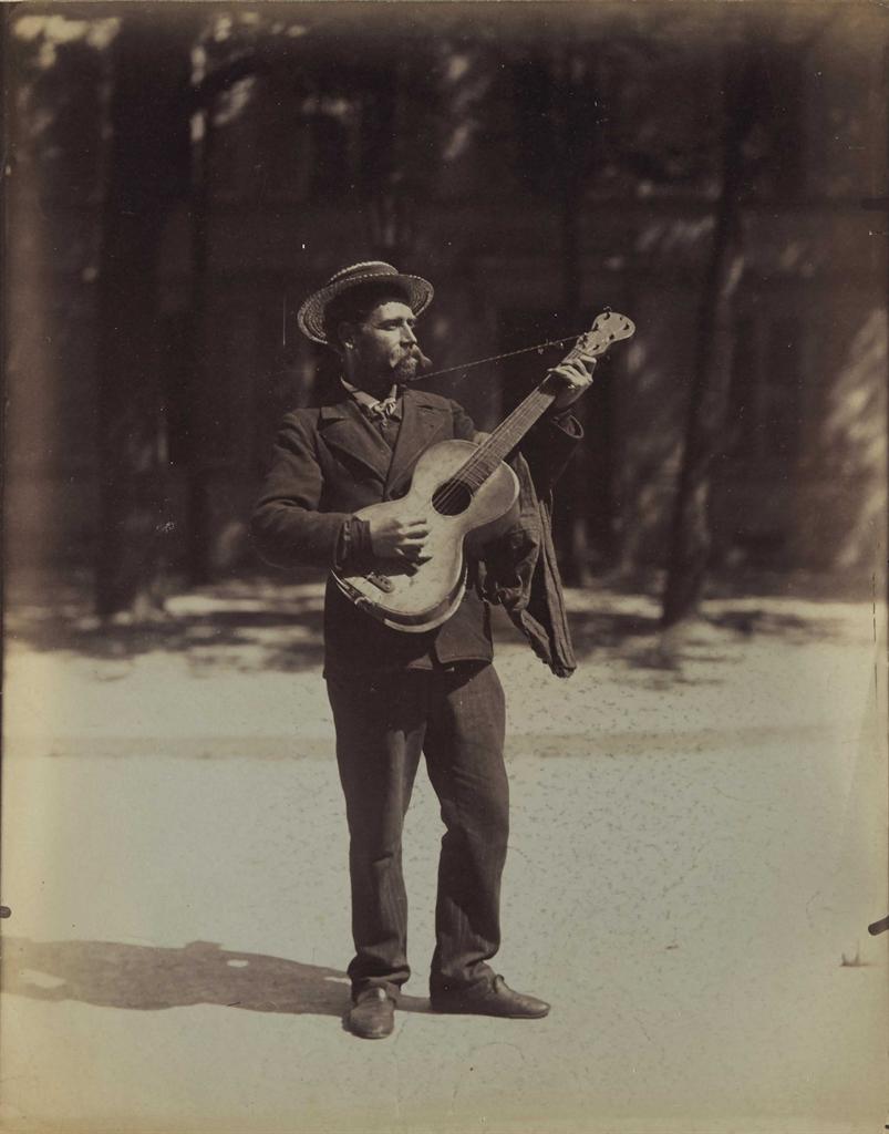 Eugene Atget-Joueur de guitare, Paris-1899