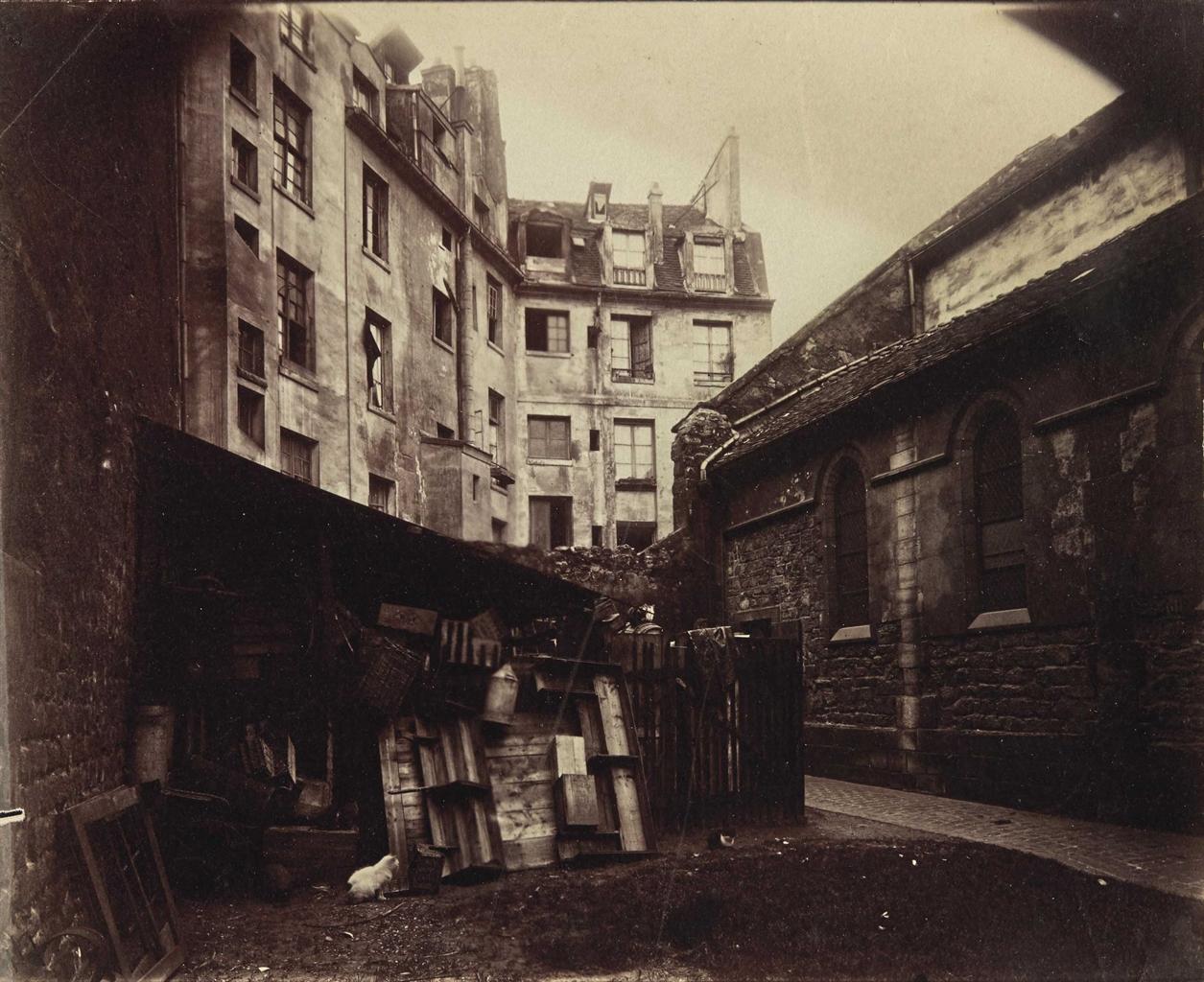 Eugene Atget-Un coin de la cour, St Julien le Pauvre, Paris-1900