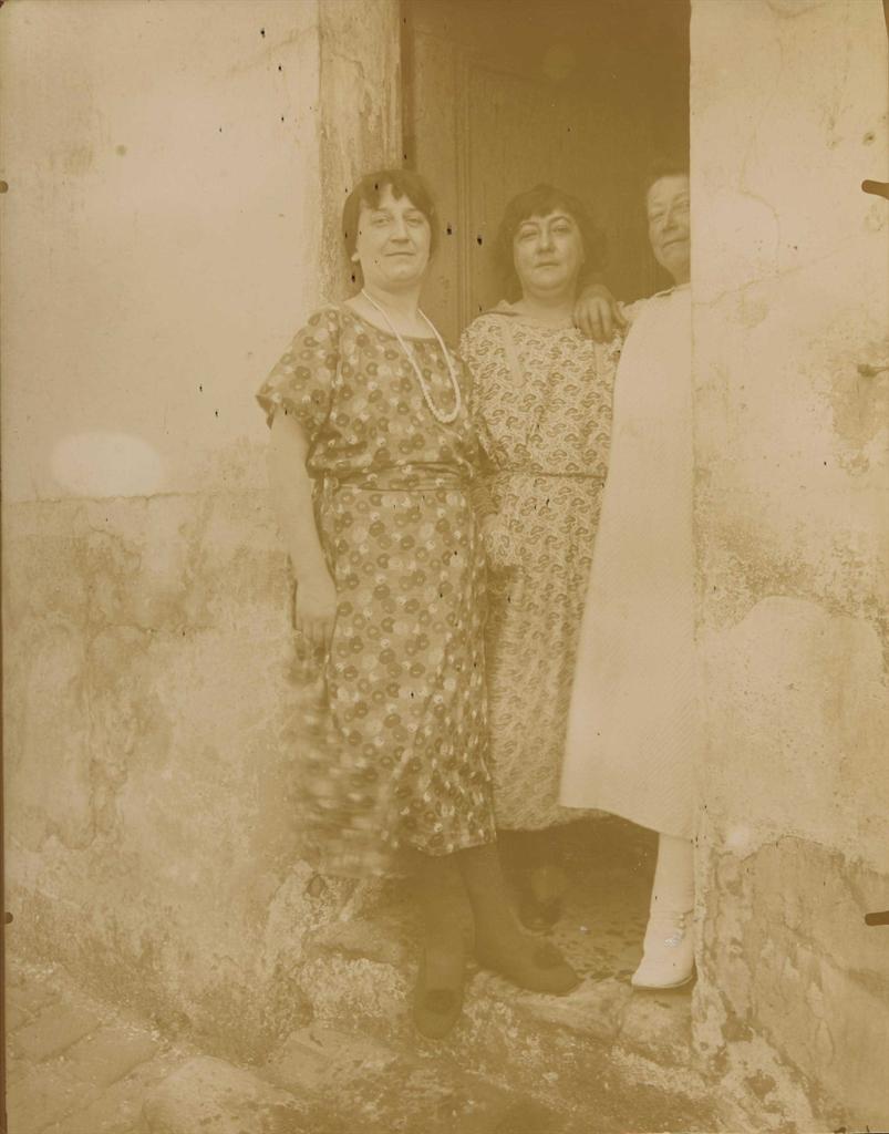 Eugene Atget-Femmes, rue Asselin, Paris-1924