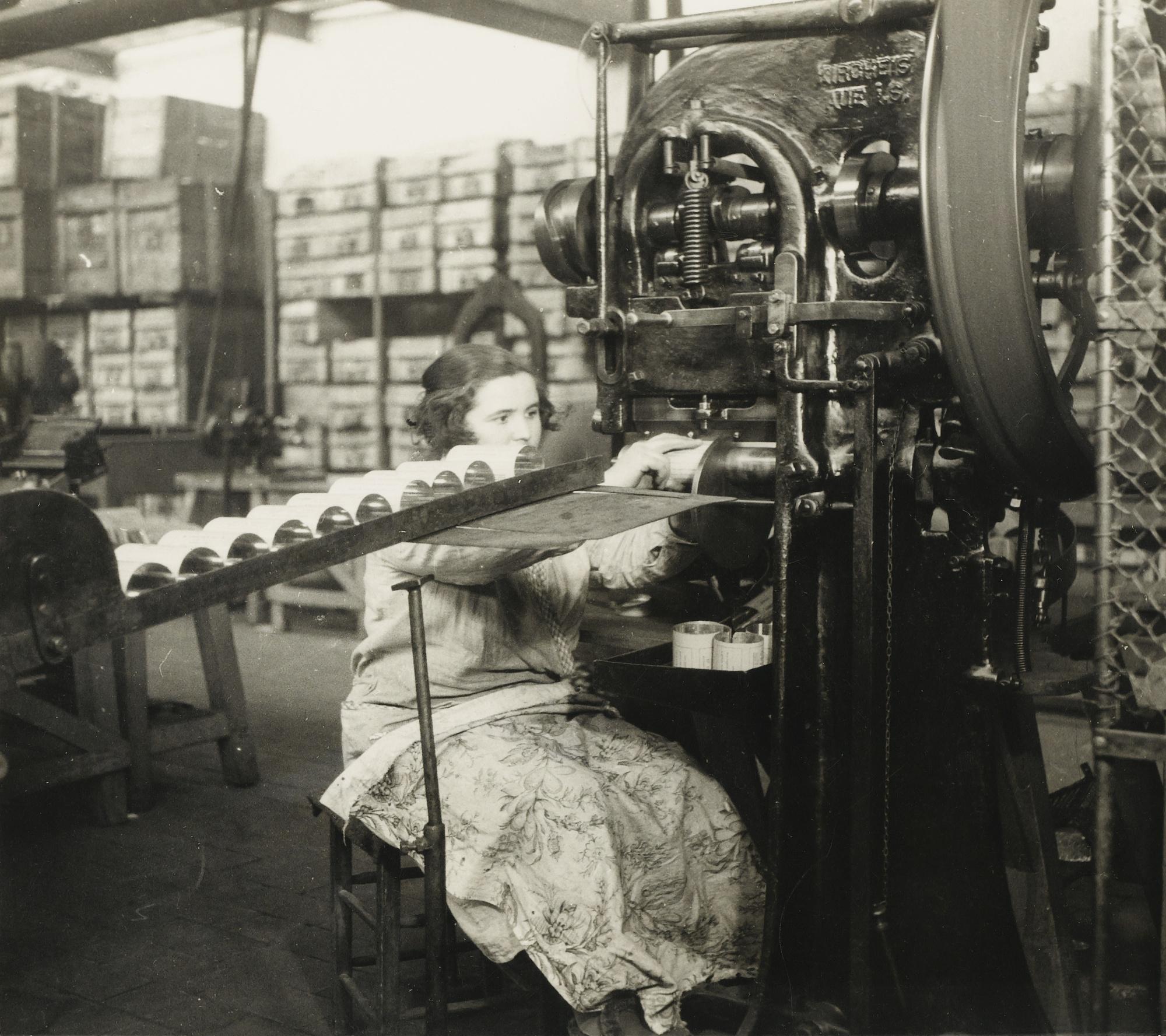 Germaine Krull-Femme A Lusine De Metal Vers-1925