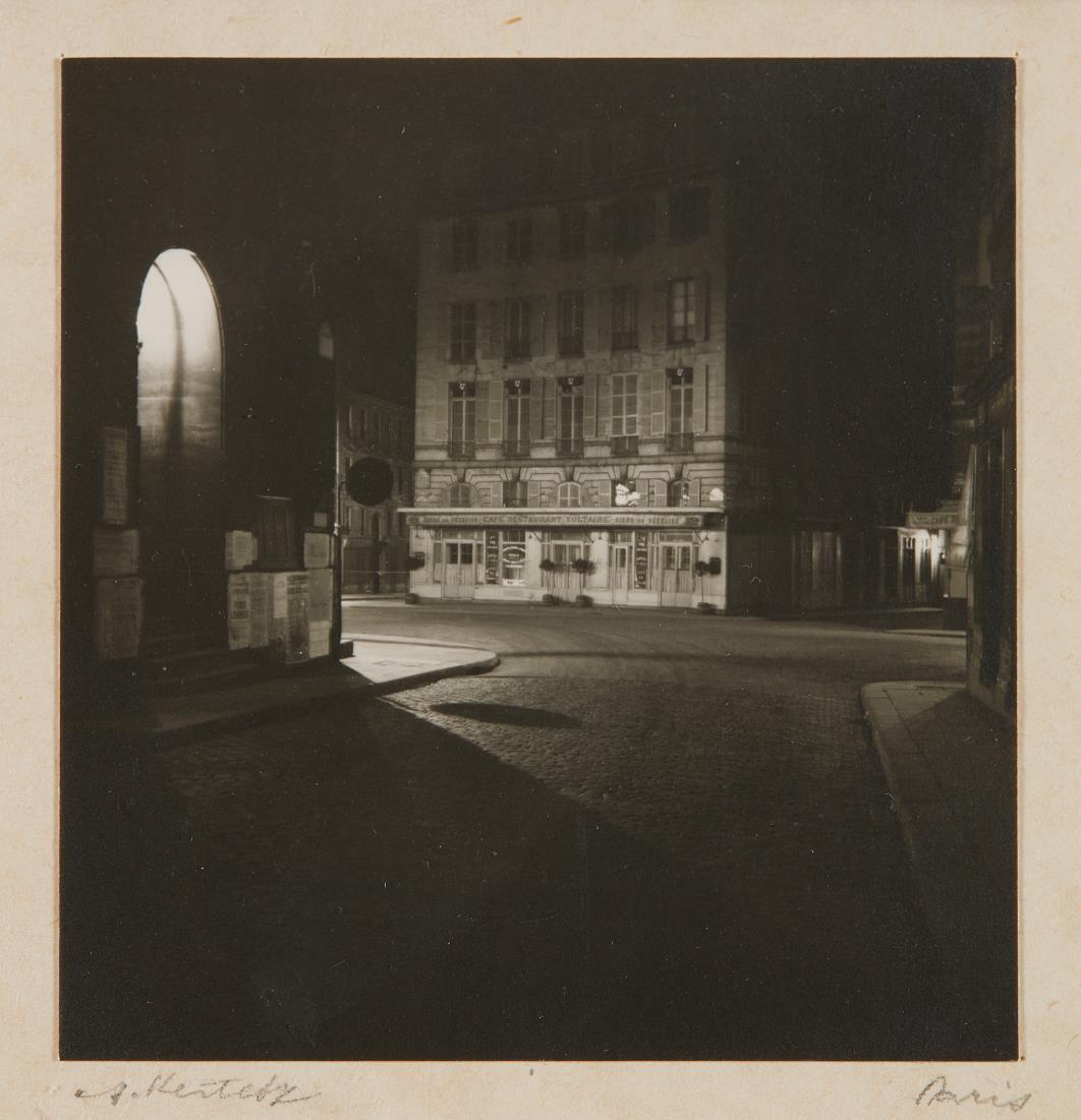 Andre Kertesz-Paris (night scene)-1926
