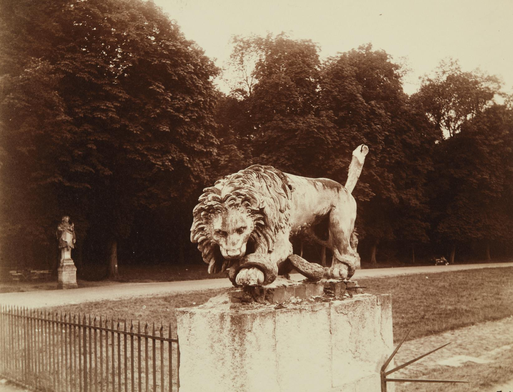 Eugene Atget-Lion, St. Cloud-1920