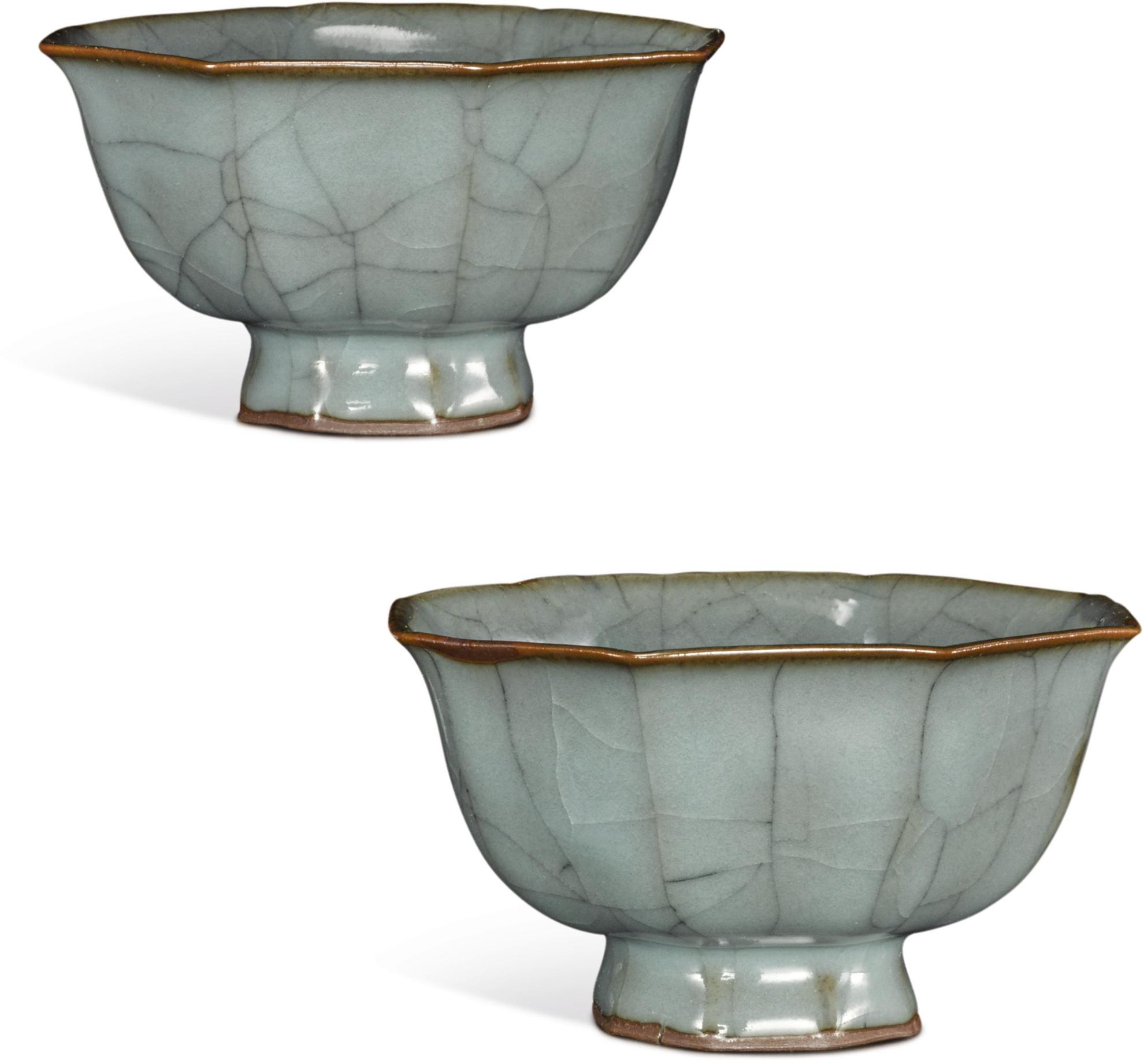 A Pair of Small 'Guan'-type Bowls, 19th/20th Century-