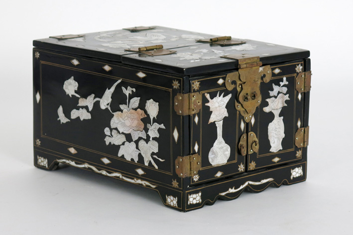 Oriental jewel box in lacquerware with inlay of mother of pearl-
