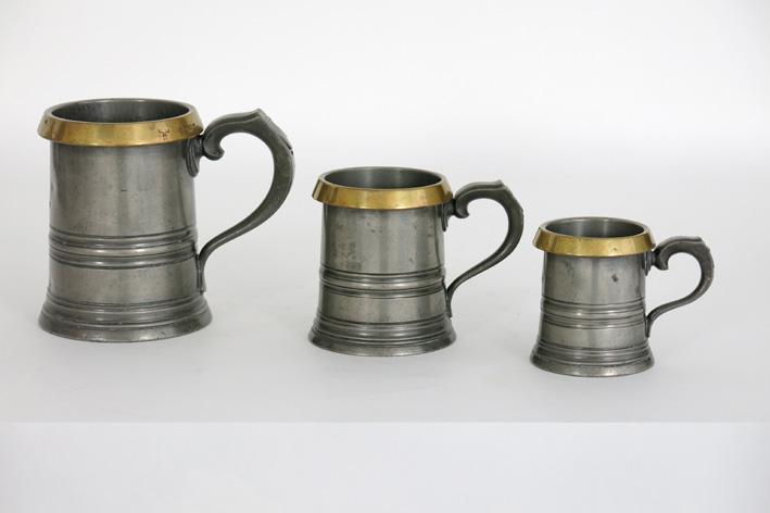 Set of 3 antique English dry/liquid measures in pewter-