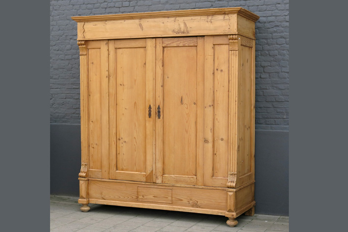 Antique armoire in pine-