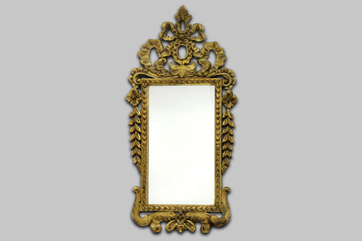 Antique mirror with frame in sculpted and guilded wood-