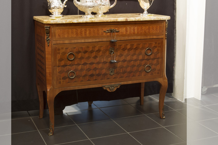 Neoclassical chest of drawers in parquetry with mountings in guilded bronze and its marble top-
