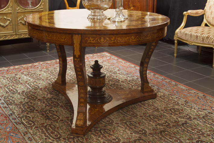 Antique' neoclassical 'Biedermeier' table with a round top in marquetry-