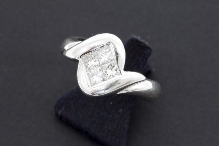 Ring in white gold (18 carat) with ca 0,60 carat of high quality princess' cut brilliants-
