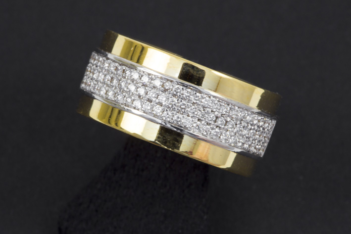 Ring in yellow and white gold (18 carat) with ca 1 carat of very high quality brilliant-
