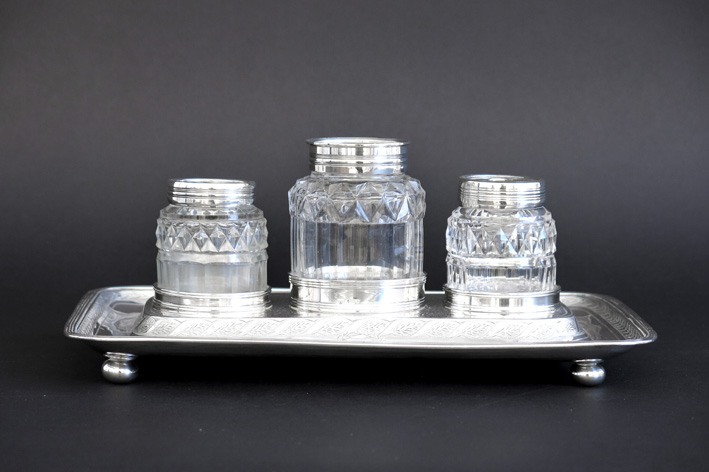 18th Cent. Georgian ink-stand with 3 flasks in crystal and marked silver-