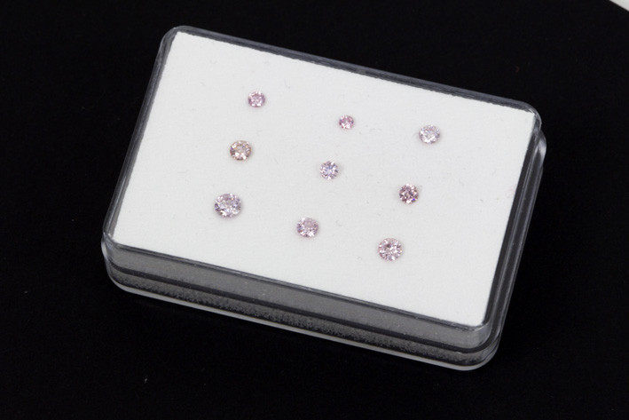 Small collection of 9 fancy color brilliants with natural pink color, weighing 0,92 carat-