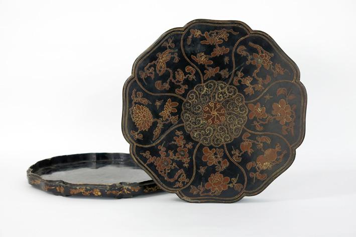 Antique oriental lidded box in lacquerware-