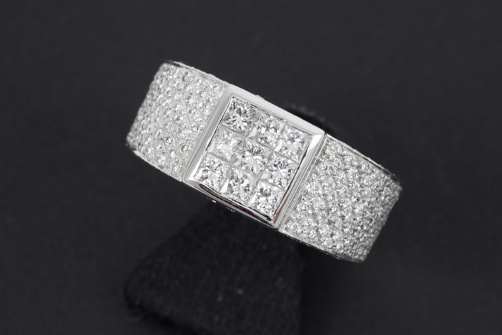 Ring in white gold (18 carat) with ca 2,20 carat of high quality brilliant in princess' and classic cut-