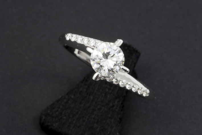 High quality brilliant of 0,83 carat set in a ring in white gold (18 carat) with ca 0,20 carat of very high quality brilliant-