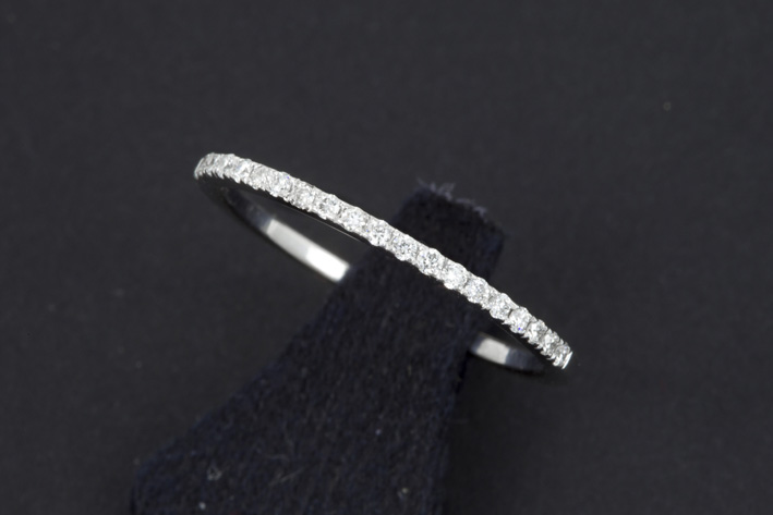 Ring in white gold (18 carat with 0,12 carat of very high quality brilliant-