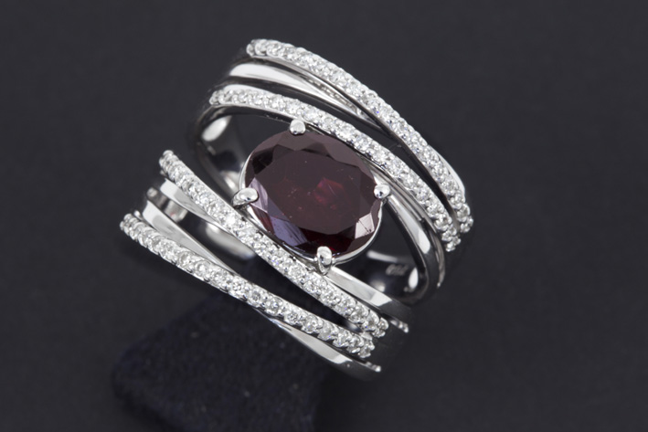 Modern ring in white gold (18 carat) with a central garnet of ca 5 carat and ca 0,40 carat of brilliant-