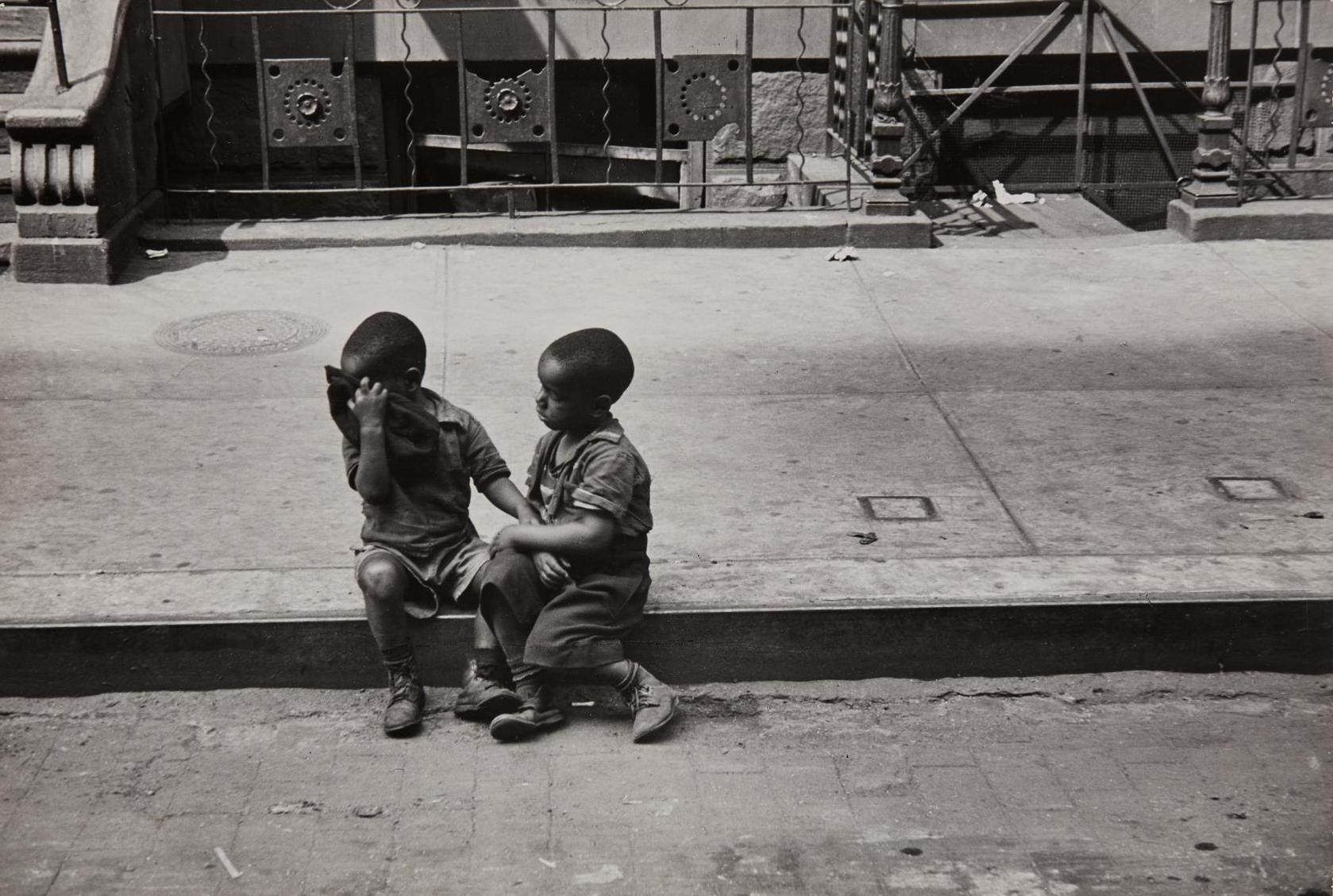 Helen Levitt-New York (Children On Curb)-1939