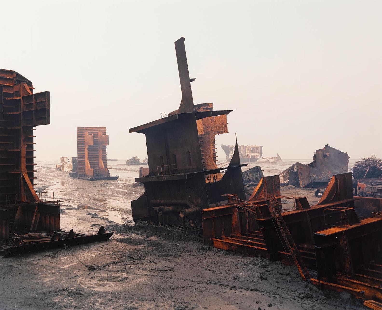 Edward Burtynsky-Shipbreaking #10, Chittagong, Bangladesh-2000