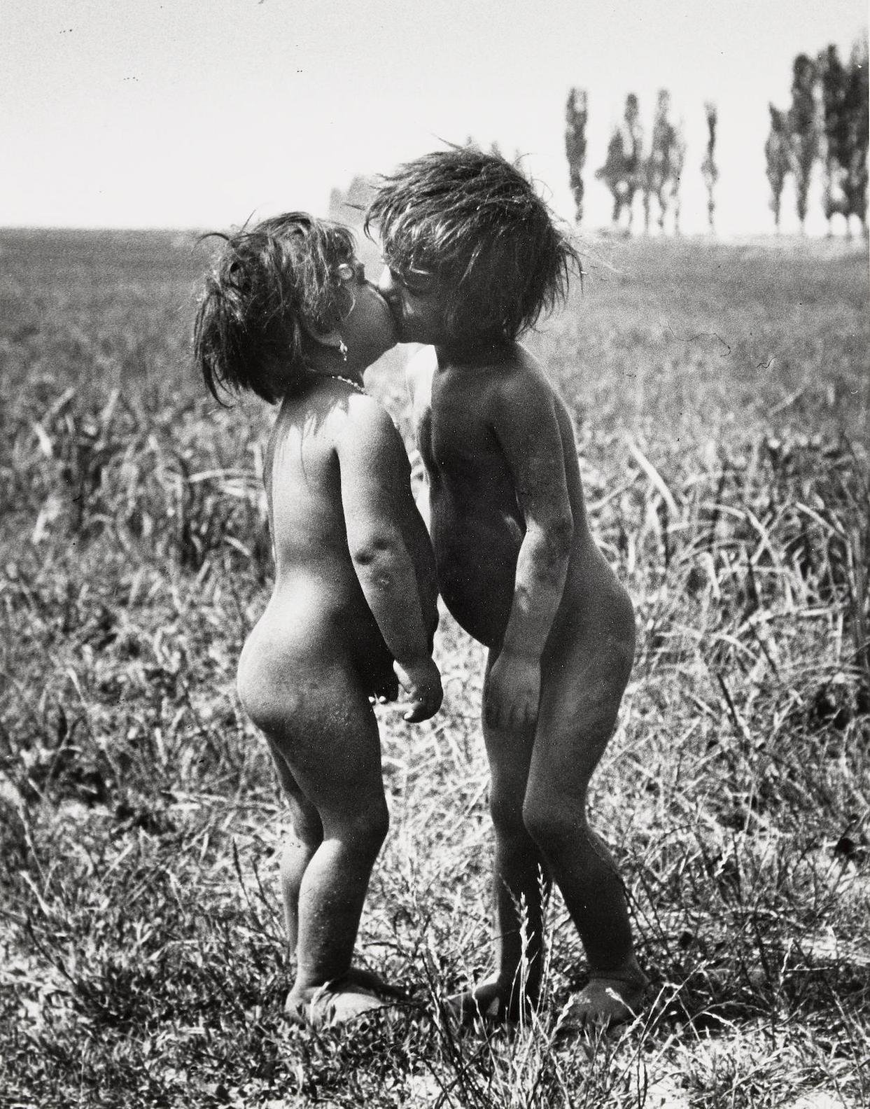 Andre Kertesz-Gypsy Children Kissing, Esztergom, Hungary-1917