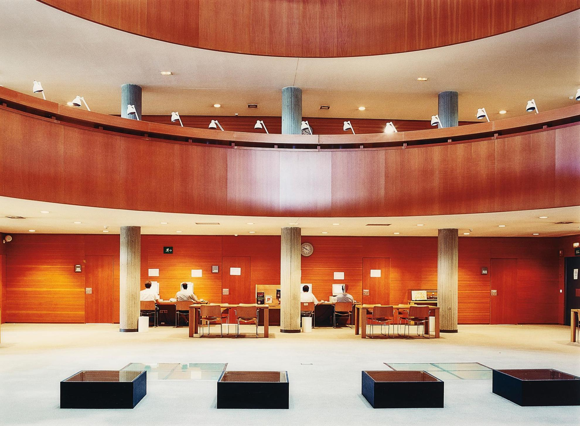 Candida Hofer-Biblioteca Uned Madrid III-2000